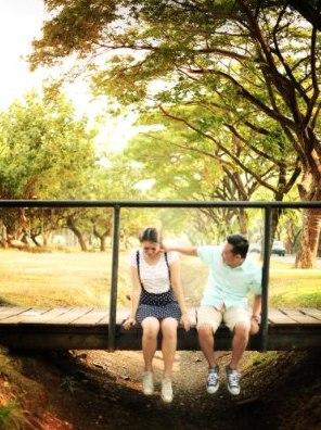 ide prewedding outdoor simple di pantai minim properti dan mudah