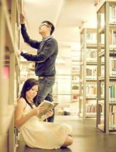 konsep prewedding indoor casual tema perpustakaan | HamilPlus.Com 2021