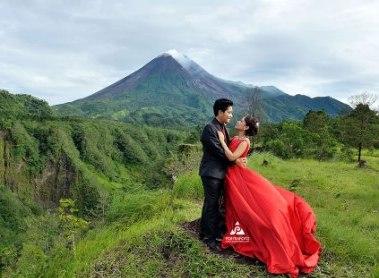prewedding di gunung gaun merah mencolok dengan background gunung | HamilPlus.Com 2021
