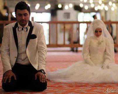 prewedding di masjid shalat berjamaah | HamilPlus.Com 2021