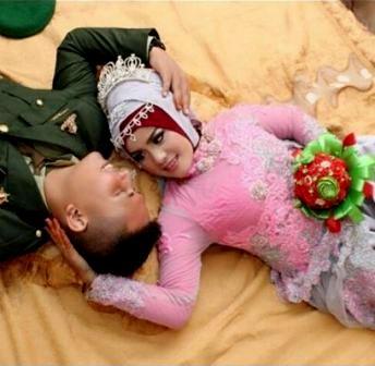 ide foto prewedding ala TNI tentara TNI AD indoor tiduran hijab