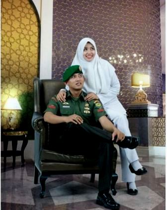 ide foto prewedding ala TNI tentara TNI AD indoor kasual