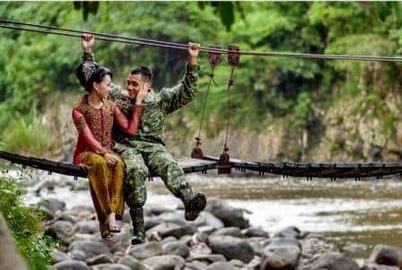 prewedding TNI tentara AD di jembatan sungai