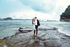 photo prewedding di pantai 1 | HamilPlus.Com 2021