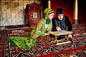 prewedding di masjid membaca alQuran   HamilPlus.Com 2021