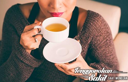 Tenggorokan Sakit Saat Menelan - minum teh hangat