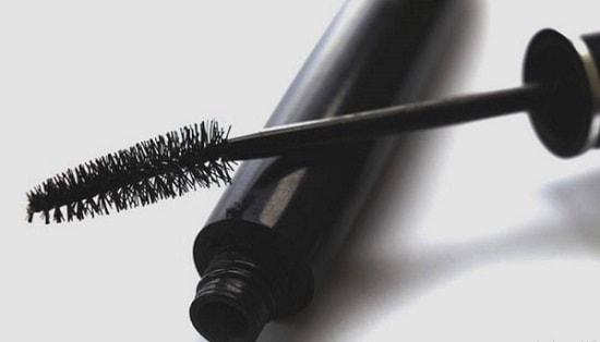 Gunakan Brush Maskara dari Dekat Akar ke Ujung Bulu Mata